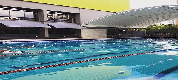 Exercícios aquáticos ajudam a fortalecer condicionamento físico.