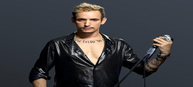 Cantor Ricky Vallen faz show intimista em Salvador.