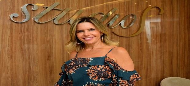 Salão Studio S comemora 10 anos com coquetel e show de Adelmo Casé.