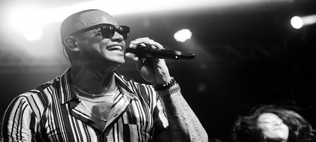 Léo Santana lança CD ao vivo de verão recheado de sucessos.