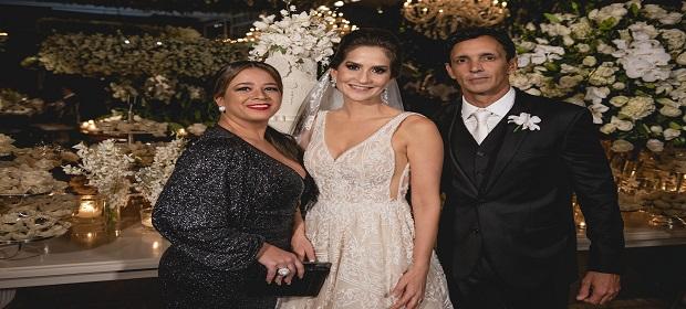 Mirela Abreu assina maquiagem de casamento para Manuella Martins.
