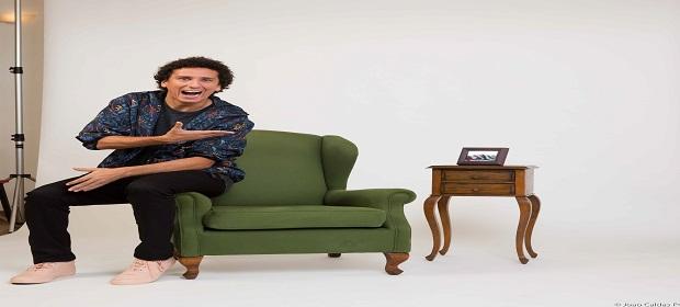 Rafael Portugal na comédia 'Eu Comigo Mesmo'.