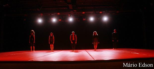 Casa cheia celebra a estreia de espetáculo de dança contemporânea.