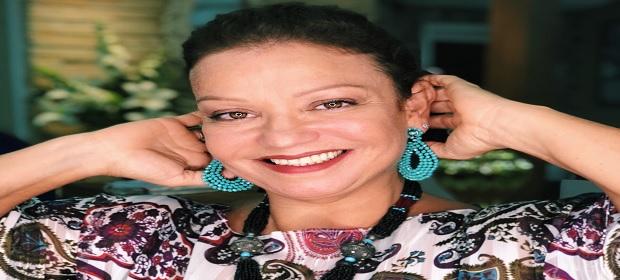Mônica San Galo faz show apresentando repertório de sucessos.