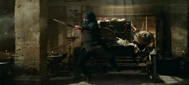 ´Robin Hood – A Origem´: Taron Egerton mostra habilidade com flecha.