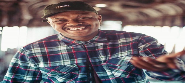 Rapper Djonga comanda festa Lado B na Amsterdam Rio Vermelho.