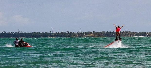 É verão! Flyboard e skimboard de graça em Guarajuba.