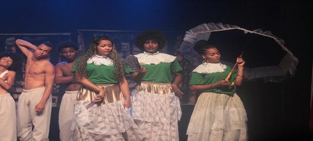 Grupo de Teatro Novos Arteiros, realiza apresentação teatral.