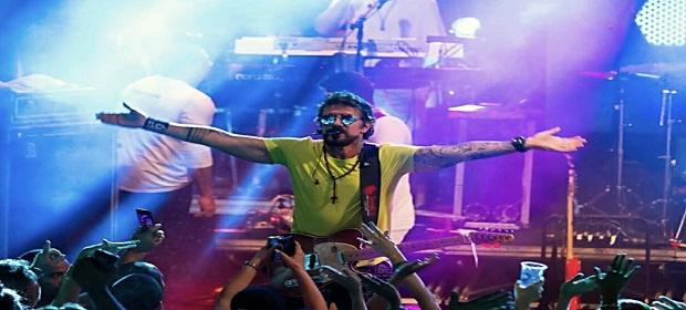 Tuca Fernandes lança clipe da música 'A Favor'.