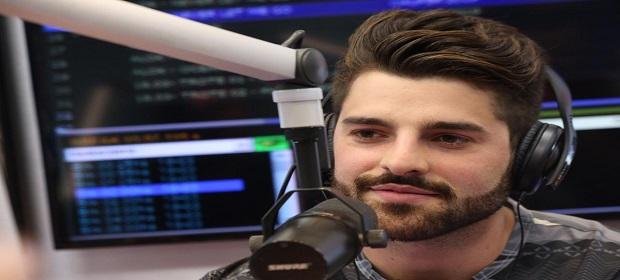 Alok passa trote em Anitta e Carlinhos Maia durante programa de rádio.