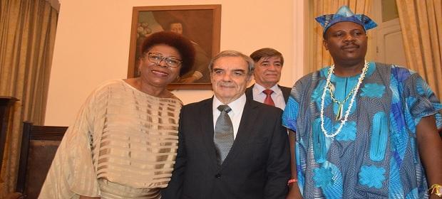 Representante da realeza nigeriana marca presença em evento.