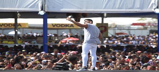 Salvador Fest: Dilsinho levou seu romantismo para o palco principal.