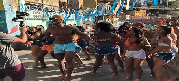 Ás vésperas do Carnaval, o cantor Vinny Nogueira lança clipe.