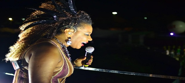 Margareth levanta o público na abertura da Micareta Salvador.