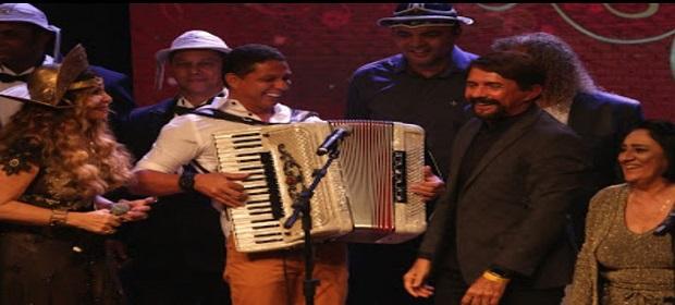 Adelmário Coelho e outros cantores presentes em lançamento de CD.