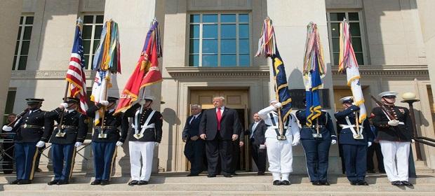 Donald Trump proíbe a presença de pessoas trans nas Forças Armadas.