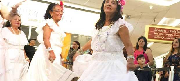 Desfile de idosos e Baile dos Anos 60