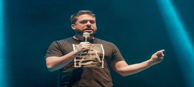 Mauricio Meirelles apresenta espetáculo o 'LEVANDO O CAOS'.
